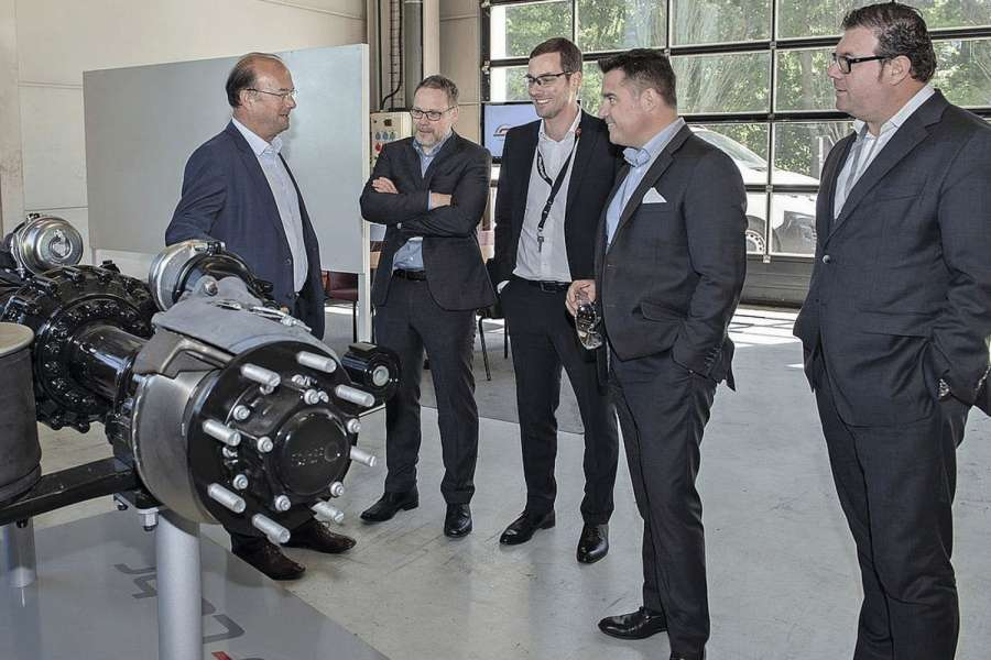 Bei der Präsentation der Hybridlösung im elsässischen Duppigheim: Der Lohr-CEO Christian Fity (li.) begrüßte Alexander Geis, CEO von SAF-Holland (2. v.re.) und Alexandre Charpiot, Vice-President Sales OEM & Aftermarket Europe (re.). Bild: SAF-Holland