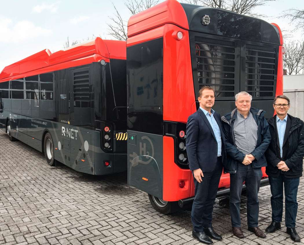 Der E-Bus mit Stack-Anhänger. Im Bild (v.l.n.r.): Dr. Ewald Wahlmüller, General Manager der ElringKlinger Fuelcell Systems Austria GmbH; Ruud Bouwman, New Technology Specialist der VDL Enabling Transport Solutions bv; Menno Kleingeld, Managing Director der VDL Enabling Transport Solutions bv. Foto: ElringKlinger